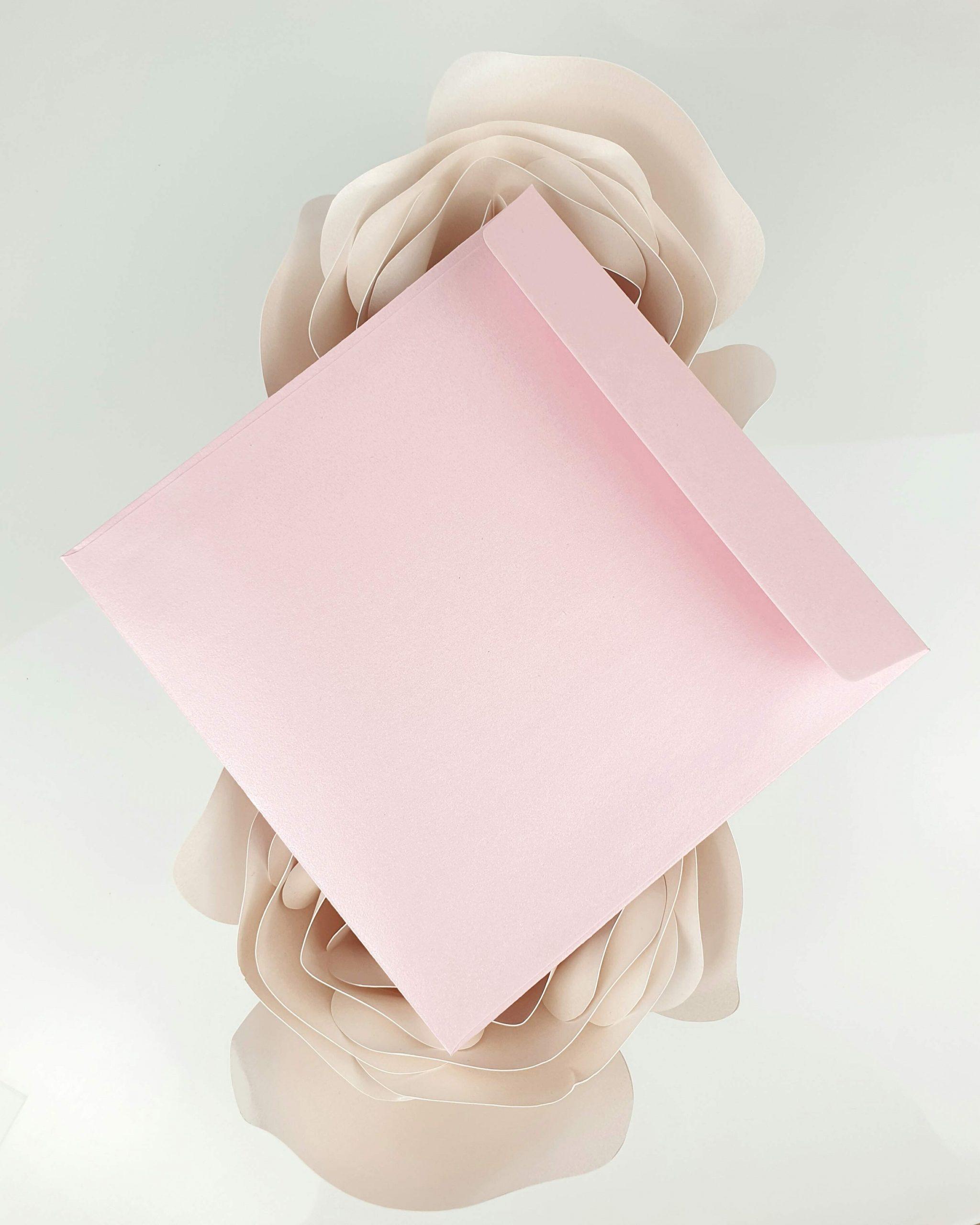 Koperta perłowa różowa do zaproszeń satynowych dodatki