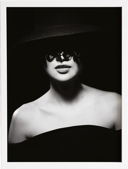 kobieta na czarnym tle